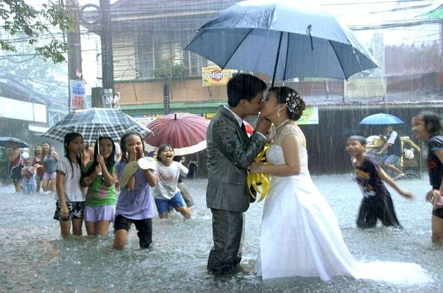 Наводнение не помешало влюблённым пожениться