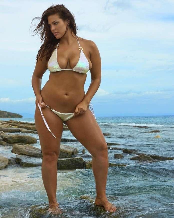 Пышнотелая модель Эшли Грэм показалась в откровенном бикини