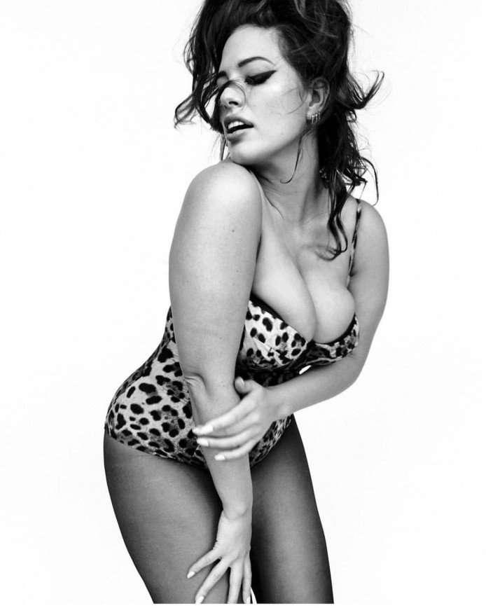 Эшли Грэм поразила серией фотографий в нижнем белье