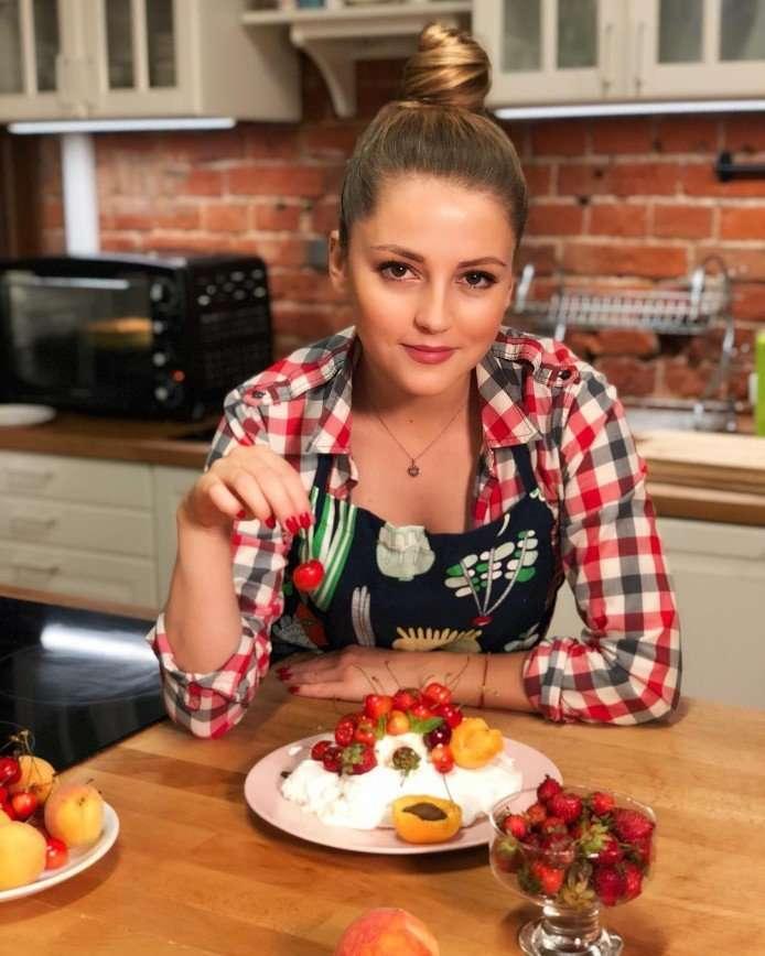 «Какая хозяюшка»: Анна Михайловская приготовила десерт «Павлова»