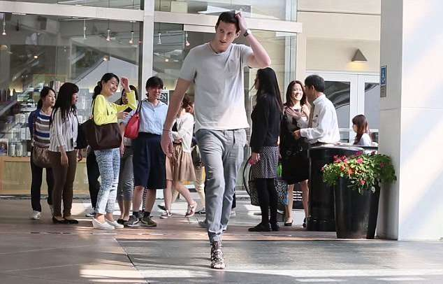 Мужчина проходил день на каблуках, чтобы понять женщин