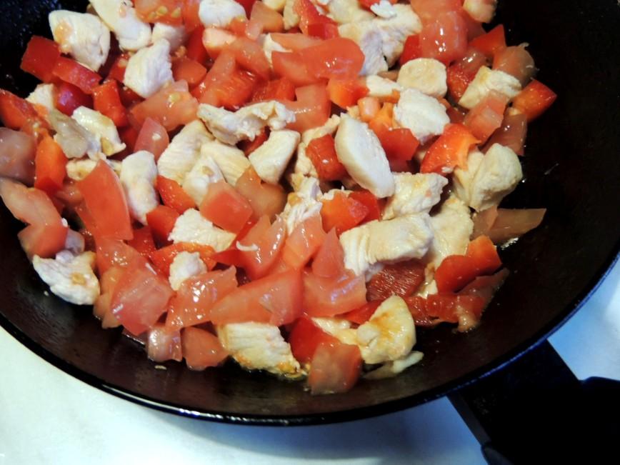 Тост с курицей, овощами и сыром пармезан
