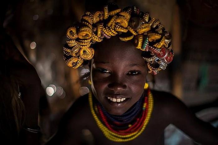 Парики из пивных крышечек: необычные украшения африканских женщин.